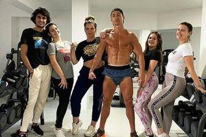 Ronaldo làm gì trong biệt phủ mùa dịch COVID-19?