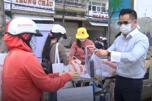 Người Đà Nẵng phát cơm miễn phí cho lao động nghèo giữa mùa dịch