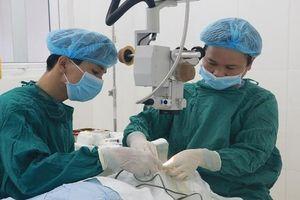 Phẫu thuật lấy kim khâu trong mí mắt sau 2 năm đi thẩm mỹ