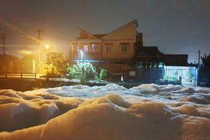 Kỳ lạ: 'Tuyết' phủ trắng suối ở Bình Dương sau cơn mưa lớn