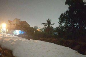 Bất thường kênh nước nổi bọt tuyết trắng xóa cao 2m sau mưa lớn
