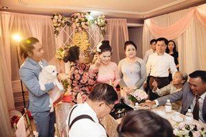 Đang tổ chức lễ cưới, nhưng chú rể vẫn phải đứng bế 'kẻ thứ ba' này để người khác đeo nữ trang cho vợ