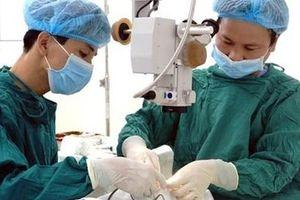 Lấy kim khâu nằm trong mí mắt nữ bệnh nhân 50 tuổi