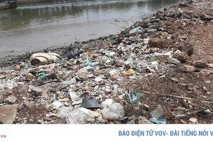 Nhiều kênh rạch tại TPHCM đang gồng mình cõng... rác