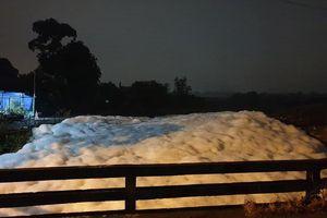 Bình Dương: Đang làm rõ nguyên nhân bọt phủ trắng con suối sau trận mưa trái mùa