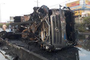 Xe ben đâm vào dải phân cách bốc cháy giữa Quốc lộ 1