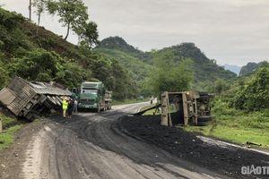 Tai nạn liên hoàn xe tải và xe đầu kéo trên QL6 Hòa Bình, 2 người bị thương
