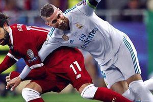'Vũ trụ bóng đá ngược đời': Salah khóa tay Ramos, Chiellini cắn Suarez