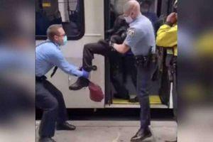 Không chịu đeo khẩu trang, người đàn ông bị cảnh sát Mỹ khiêng khỏi xe buýt