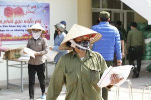 Những hình ảnh xúc động khi người nghèo ở Hà Nội nhận gạo cứu trợ
