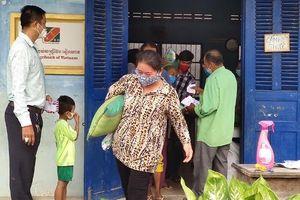 Tiếp tục trao quà cứu trợ người gốc Việt khó khăn tại Campuchia