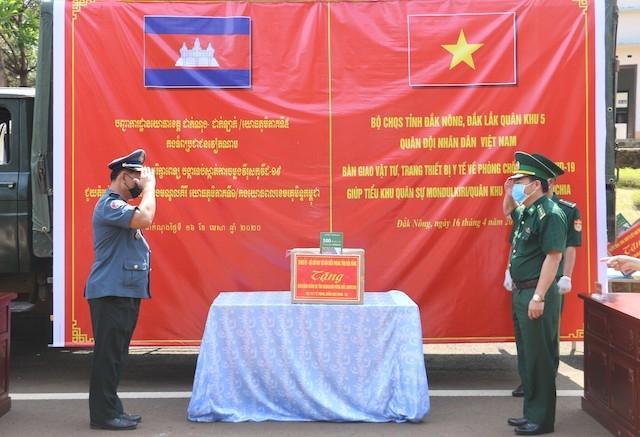 Tặng vật tư y tế chống dịch Covid-19 cho tỉnh Mondulkiri, Campuchia