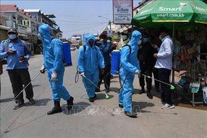 Trao tặng nhân dân Campuchia nhiều trang thiết bị y tế chống dịch Covid-19