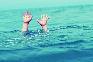 Hai bé trai tử vong khi tắm hồ gần nhà