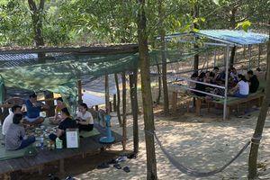 Hàng chục người tụ tập ăn uống cạnh đập nước giữa dịch Covid-19
