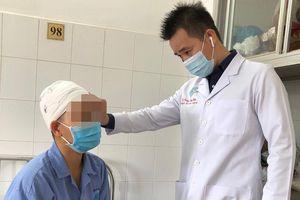 Không buộc tóc khi làm việc, cô gái bị máy cắt rau cuốn trọc toàn bộ da đầu