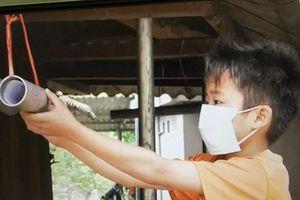 Ống nhựa 'chở' con chữ cho học sinh vùng cao mùa COVID-19