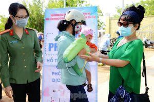 Báo Tiền Phong cùng Công an tỉnh tặng gạo cho phụ nữ vùng đa sắc tộc giáp biên