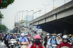 Đường phố Hà Nội đông nghịt dù thành phố vẫn ở nhóm nguy cơ cao