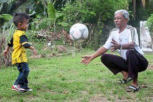 Huyền thoại hết bệnh COVID-19 trở về dạy cháu đá bóng