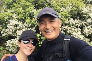 Châu Nhuận Phát leo núi cùng Lưu Gia Linh