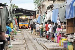 Đi chợ đường tàu ở Samut Songkhram