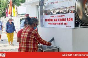 Vận hành 2 máy 'ATM gạo' tại phường Đông Xuyên