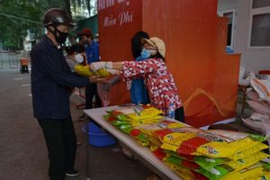 Quận Hai Bà Trưng: Mỗi ngày gần 2.000 người nhận chia sẻ từ những 'cây gạo yêu thương'