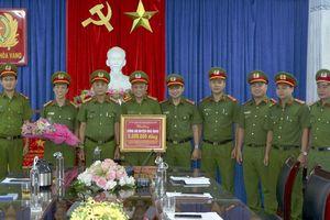 Khen thưởng CAH Hòa Vang về thành tích khám phá nhanh vụ án trộm cắp tài sản