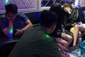 6 nữ nhân viên phục vụ 14 khách trong quán karaoke