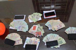 Triệt phá tụ điểm đánh bạc, bắt giữ 6 đối tượng, thu hơn 136 triệu đồng