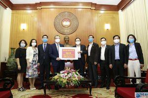 Thứ trưởng Ngoại giao Đặng Minh Khôi trao tiền quyên góp của kiều bào ủng hộ phòng, chống Covid-19