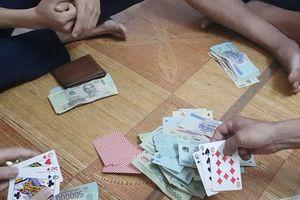 Quảng Bình: Bắt nhóm đối tượng đánh bạc thu giữ 136 triệu đồng