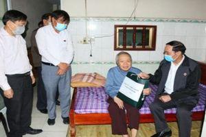 Hội Cựu Chiến binh tỉnh Ninh Bình tặng quà hội viên tham gia giải phóng miền Nam