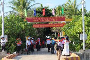 Trao tặng kinh phí xây dựng Bệnh xá đảo Nam Yết ở huyện đảo Trường Sa