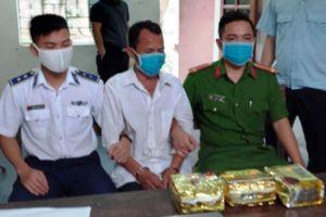 Liều lĩnh 'ôm' 3kg ma túy đá đi trên quốc lộ, bị cảnh sát bắt