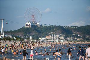 Lượng khách về biển Bãi Cháy tăng đột biến dịp nghỉ lễ
