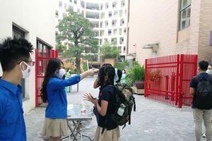 Ngày đầu trở lại trường HS đều đeo khẩu trang, giữ khoảng cách