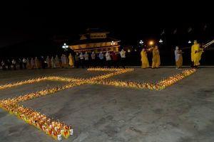 Ánh nến lung linh mừng ngày Phật đản