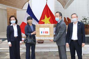 Đại sứ quán Việt Nam tại Pháp trao tặng khẩu trang cho nhân dân Pháp