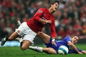 Ban huấn luyện MU làm gì để Ronaldo từ bỏ thói quen rườm rà?