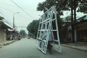 Nhiều xe chở hàng cồng kềnh ở thành phố Vinh