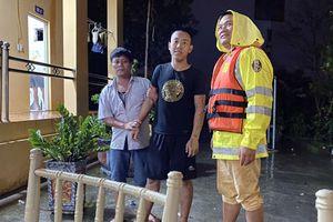 CSGT cứu nam thuyền viên bị ngã từ tàu thủy xuống sông Hồng