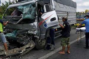 Tông vào đuôi xe container, tài xế xe tải bị kẹt trong cabin
