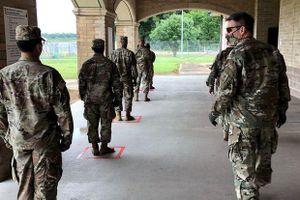 Nhiệm vụ kép của lính Mỹ: Chuẩn bị cho chiến tranh và tránh nhiễm dịch