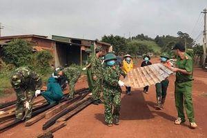 Trung đoàn 726 hỗ trợ người dân khắc phục hậu quả do mưa lốc