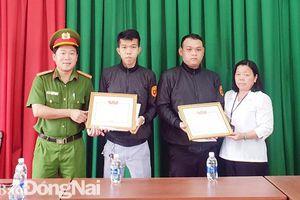 Khen thưởng 2 thành viên Câu lạc bộ phòng chống tội phạm phường Bửu Long