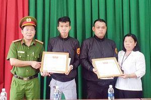 Trao giấy khen cho 2 thành viên Câu lạc bộ phòng chống tội phạm