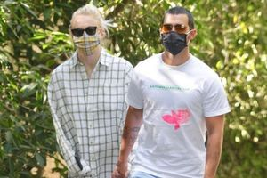Sophie Turner mặc style giấu quần, đi dạo với chồng giữa dịch Covid 19