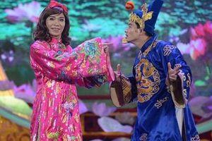 Xuân Bắc tặng quà mừng Công Lý lên chức PGĐ Nhà hát Kịch Hà Nội